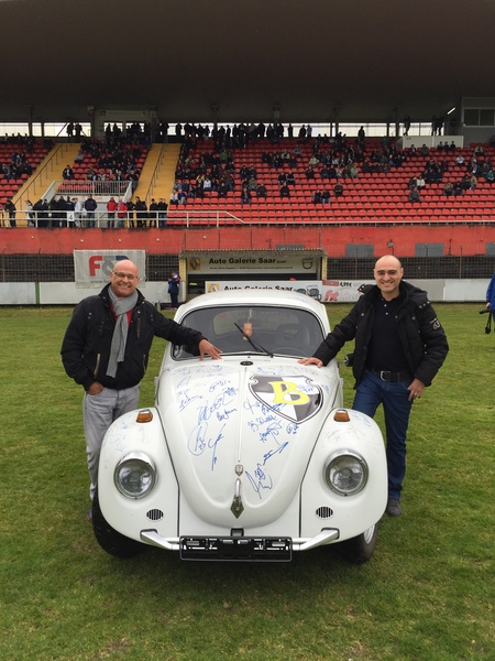 Erinnerungsfoto von dem Kult Käfer mit Unterschriften von Bundesliga Stars