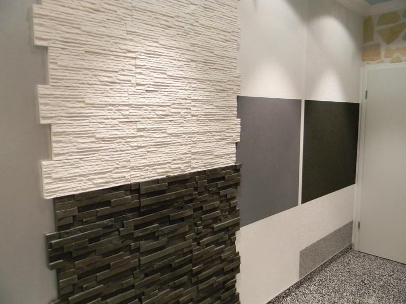 Verblender im Innenbereich mit hellen und dunklen Platten, Filzputz gerieben, weiß und grau gestrichen, Scheibenputz, weiß und anthrazit gestriche, Sockelfläche mit Buntsteinputz ausgebildet